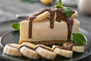 Cheesecake de banana coberto com calda de chocolate