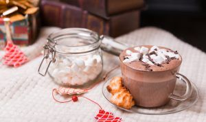 Chocolate quente servido com marshmallows