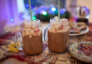 Chocolate quente pronto servido no pote e finalizado com marshmallows