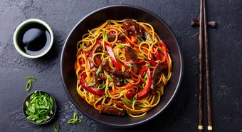 Stir,Fry,Noodles,With,Vegetables,And,Beef,In,Black,Bowl.