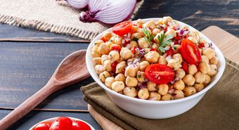 Delicious,Chickpea,Salad,With,Tomatoes,,Onions,,Peppers,And,Parsley