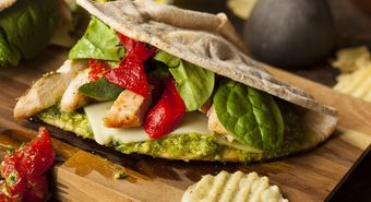 Healthy,Grilled,Chicken,Pesto,Flatbread,Sandwich,With,Peppers,And,Spinach